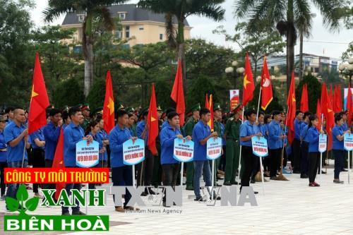 Các đoàn viên thanh niên tham dự lễ mít tinh. Ảnh: Phan Tuấn Anh/TTXVN